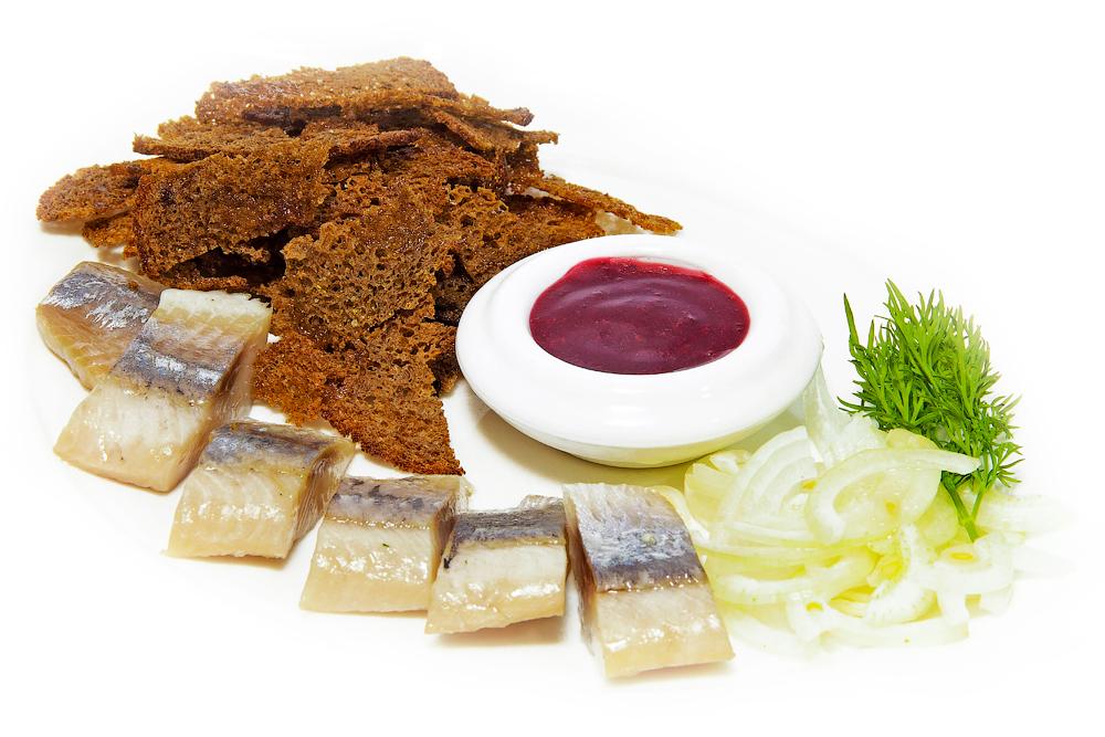 Сельдь с маринованным луком и клюквенным соусом