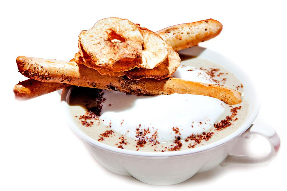 Грибной суп-капучино с гриссини и чипсами из сельдерея