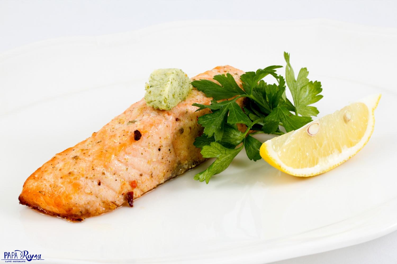 Стейк из лосося с лимонно-пряным маслом