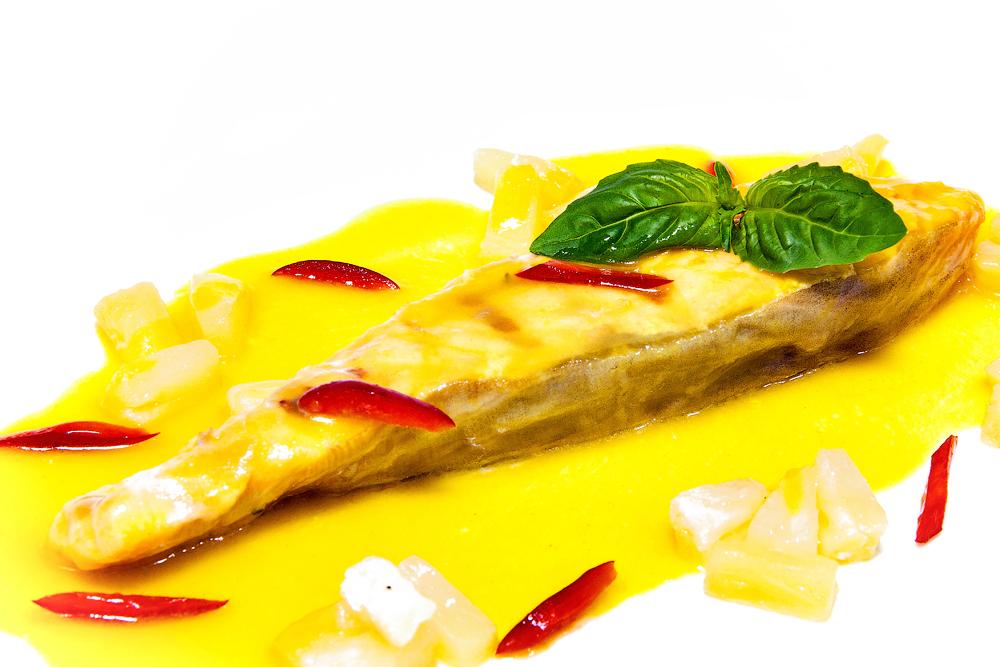 Лосось, запеченный в фольге, с ананасовым соусом