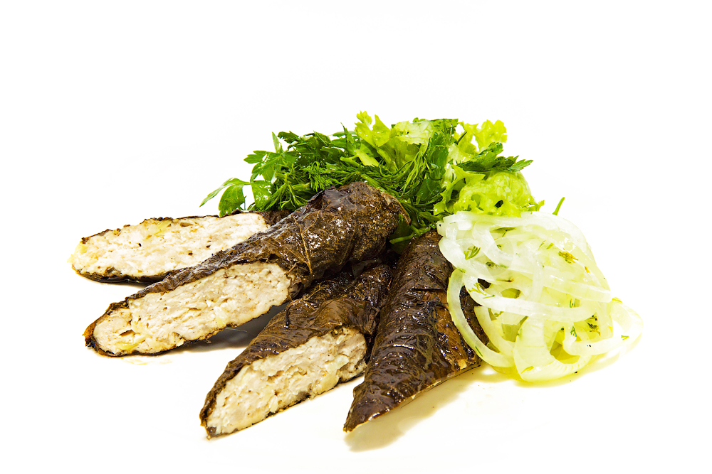 Люля-кебаб из индейки в виноградных листьях с маринованным луком и салатом