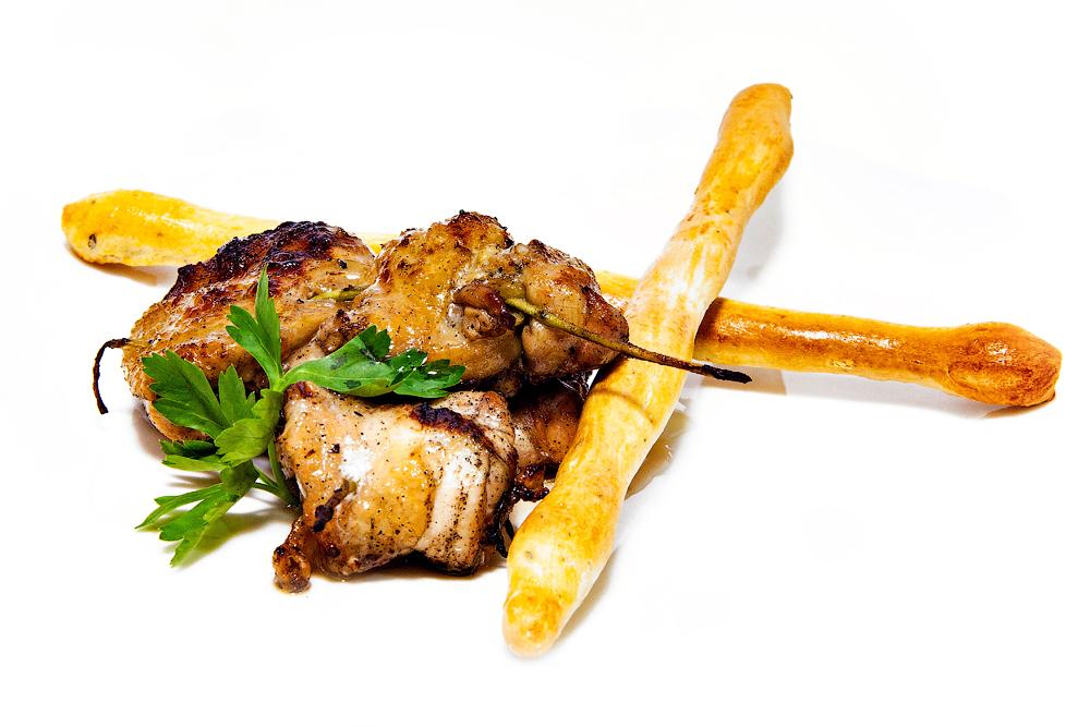 Куриный шашлык из окорочка на розмариновых веточках с гриссини