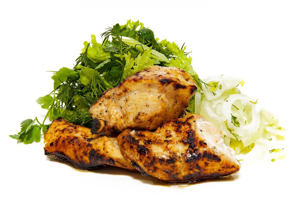 Куриный шашлык из филе, маринованный в соусе барбекю с луком и зеленым салатом