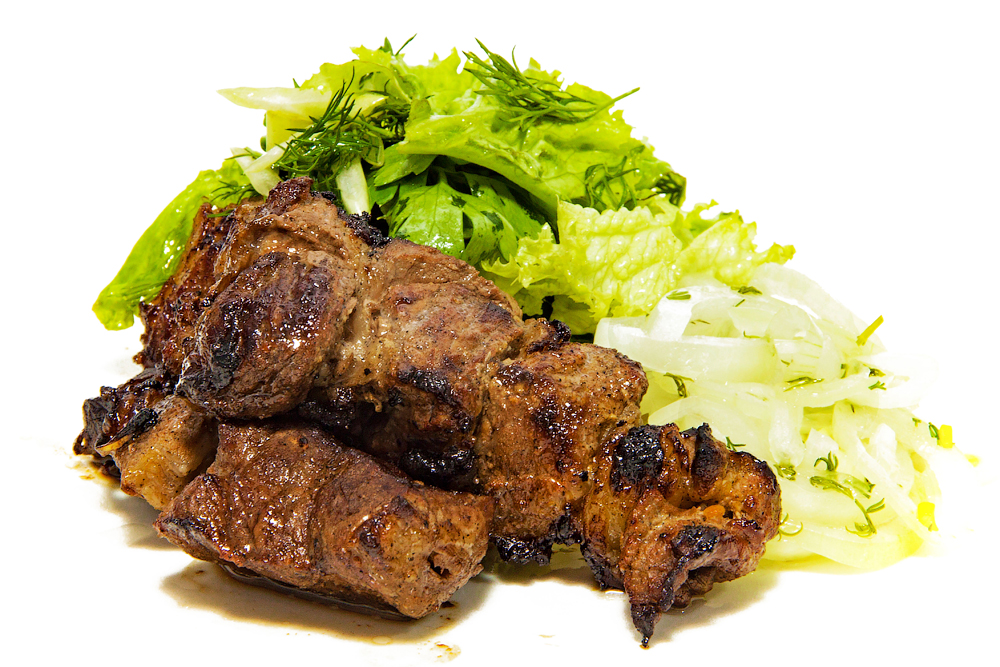 Шашлык из телятины в пикантном маринаде  с маринованным луком и салатом