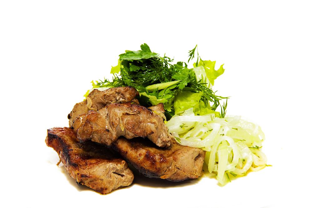 Шашлык свиной с маринованным луком и салатом