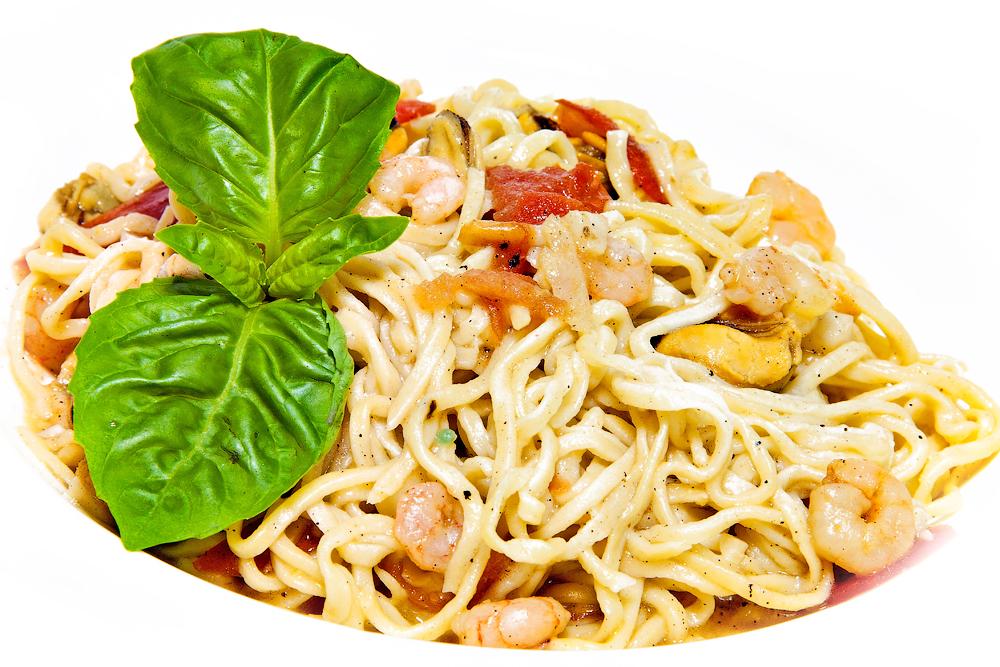 Спагетти с морским коктейлем и соусом из шампанского