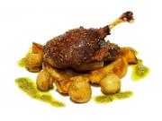 Утиная ножка, запеченная с картофелем и грибами
