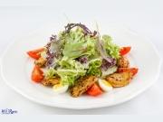 Куриное филе с миксом салатов и соусом из голубого сыра