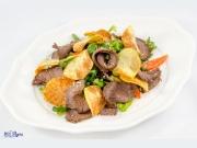Салат с телятиной, спаржевой фасолью и картофельными чипсами