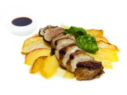 Филе утиное с карамелизированными яблоком и сельдереем с гранатовым соусом