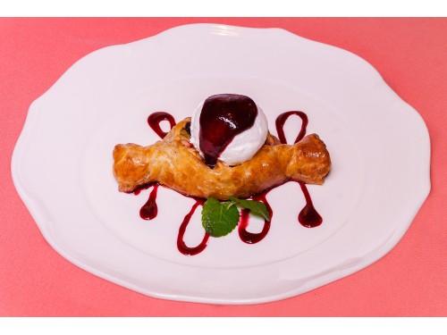Мини штрудель с яблоками, сливами и черноплодной рябиной со сливочным мороженым