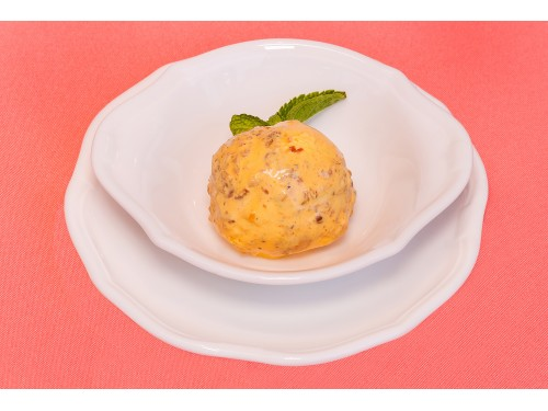 Оригинальное мороженое с орехами, карамелью и печеньем