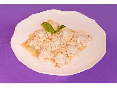 Равиоли со шпинатом с ореховым соусом