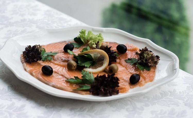 Жирні кислоти омега-3, які містяться в червоній рибі, знижують ризик атеросклерозу, знижують рівень холестерину, роблять шкіру і волосся еластичними і сяючими.